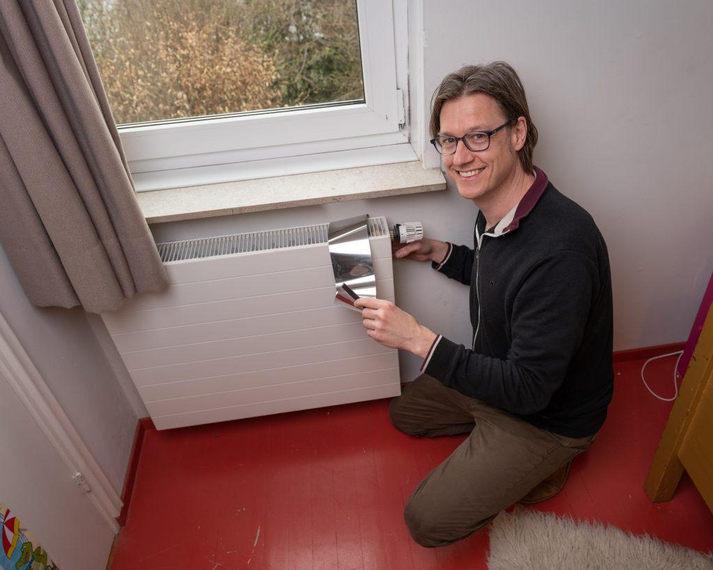 Marco Jeurissen brengt radiatorfolie aan