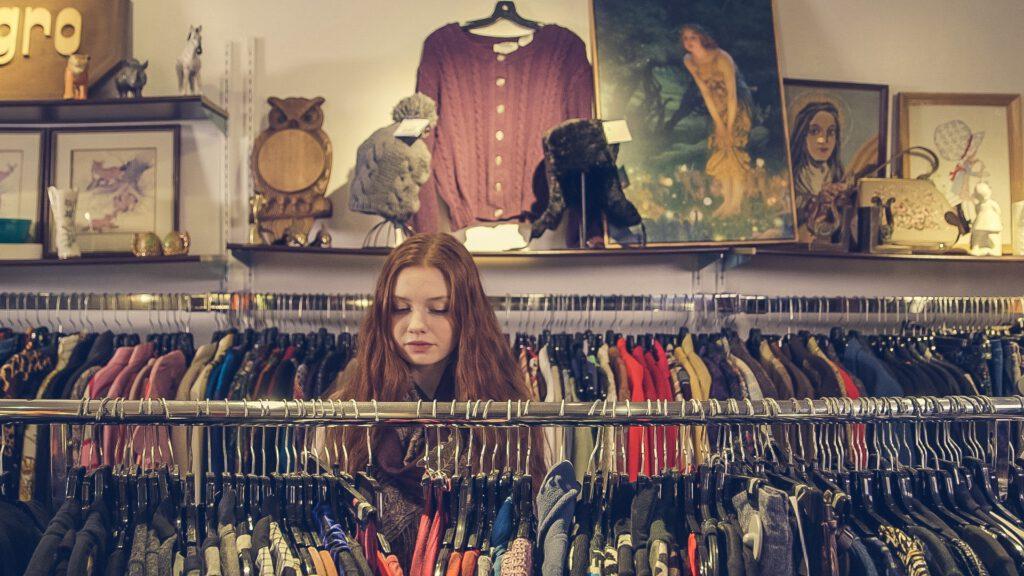 Meisje in kringloopwinkel